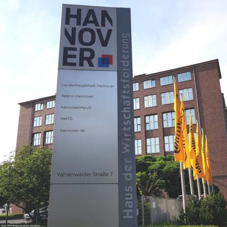"""Ein großen Schild mit dem Hannover-Logo und der Aufschrift """"Haus der Wirtschaftsförderung"""""""