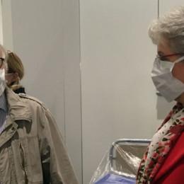 Horst Knoke und Elke Zach mit Mundschutz in den Räumen des Behelfskrankenhauses