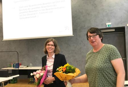 Mit dem notwendigen Sicherheitsabstand gratuliert die Vorsitzende der SPD-Regionsfraktion, Silke Gardlo, der in der Regionsversammlung mit großer Mehrheit gewählten neuen Dezernentin für Finanzen und Gebäudewirtschaft, Cordula Drautz.