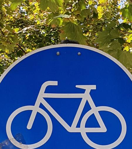 Blaues, rundes Verkehrszeichen mit einem Fahrrad als Symbol