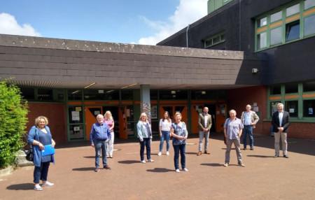 Die Besuchergruppe vor der IGS Bothfeld