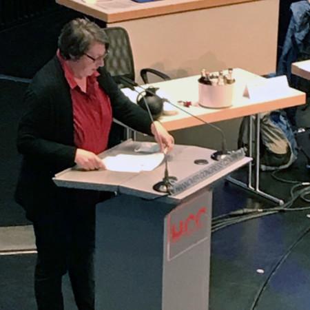 Die Fraktionsvorsitzende Silke Gardlo spricht im Kuppelsaal