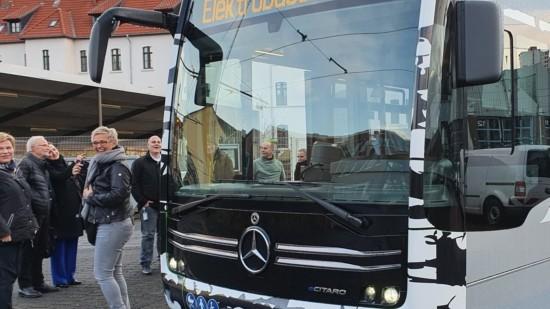 Mitglieder der SPD-Regionsfraktion mit einem der neuen E-Busse