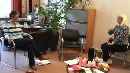 Die gleichstellungspolitische Sprecherin der SPD-Regionsfraktion, Cornelia Busch, im Gespräch mit der Leiterin des BTZ, Silvia Fauth