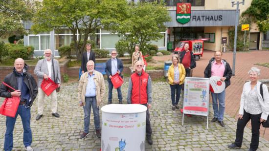 Elf Personen stehen mit Abstand vor dem Laatzener Rathaus