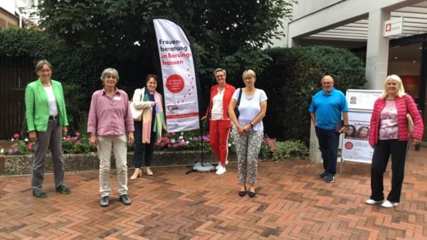 Gruppenfoto der Teilnehmenden vor der Beratungsstelle