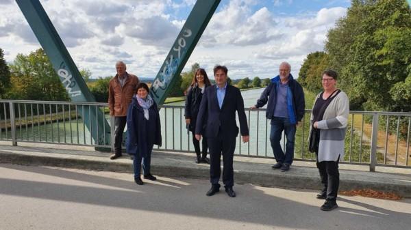 Sechs Personen stehen mit Abstand auf einer Brücke über den Mittellandkanal