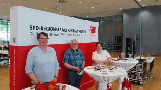 Drei SPD-Regionsabgeordnete stehen am Tag der Offenen Tür am Stand der SPD-Regionsfraktion Hannover