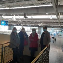 v.l.n.r. die Regionsabgeordneten Regina Hogrefe, Cornelia Busch, Elke Zach und Silke Gardlo auf einer Empore über der 2, Halle des Impfzentrums