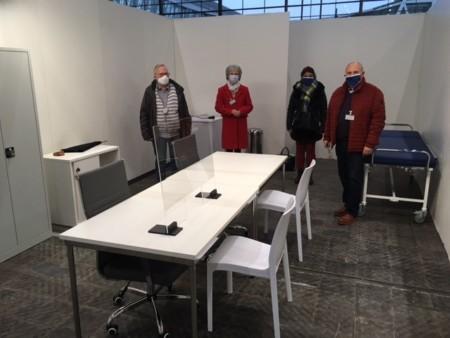 Die SPD-Regionsabgeordneten Horst Knoke, Elke Zach, Parisa Hussein-Nejad und Walter Zychlinski (v.l.) beim Besuch des Impfzentrums