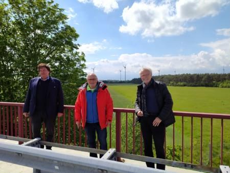 v.l.: Helmut Bäßmann, Landwirt aus Meitze mit den SPD-Regionsabgeordneten Walter Zychlinski und Walter Richter