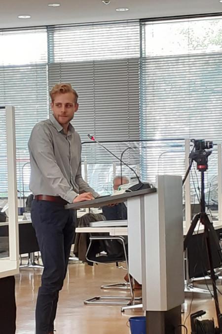 Der SPD-Regionsabgeordnete Sven Rühmeier in der Regionsversammlung am Redepult
