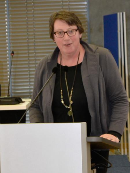 Die Fraktionsvorsitzende Silke Gardlo steht am Redepult in der Regionsversammlung