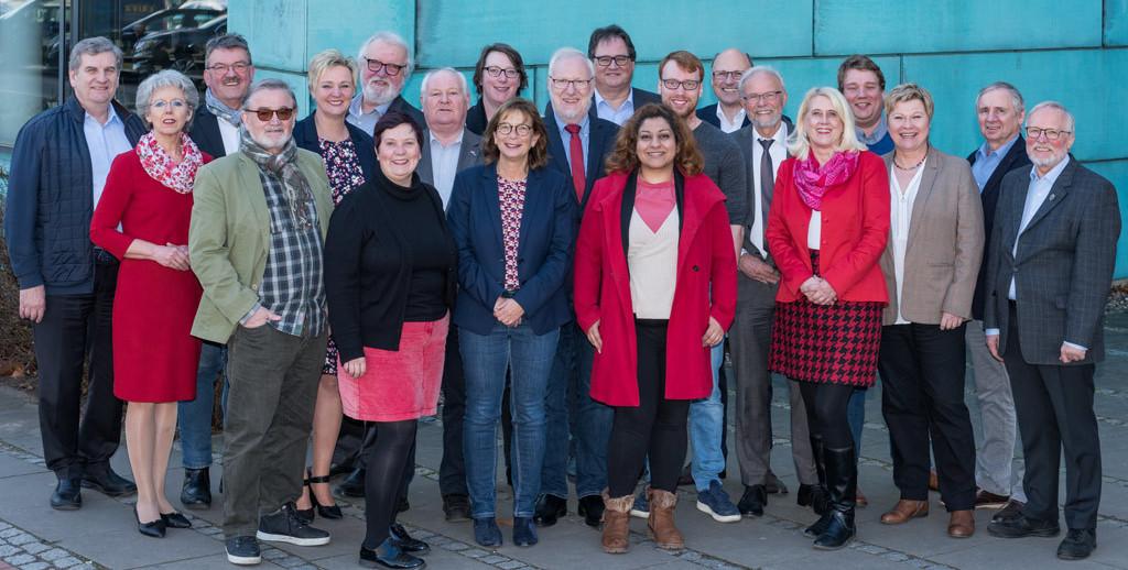 Die Mitglieder der SPD-Regionsfraktion Hannover stehen vor dem Regionshaus